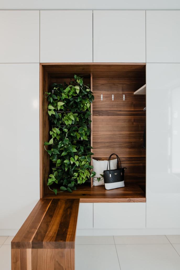 Vorzimmer mit Blickfang aus edlem Nussholz