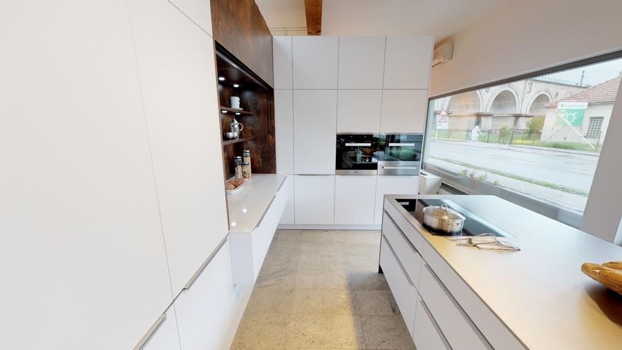 Geradlinige Küche mit Akzenten in Metalloptik