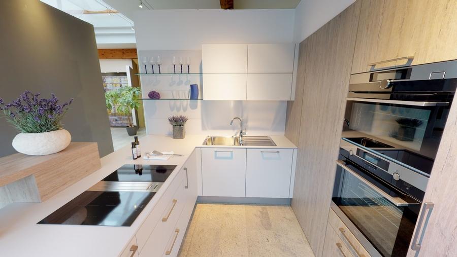Kompakte Küche mit versteckter Speistür