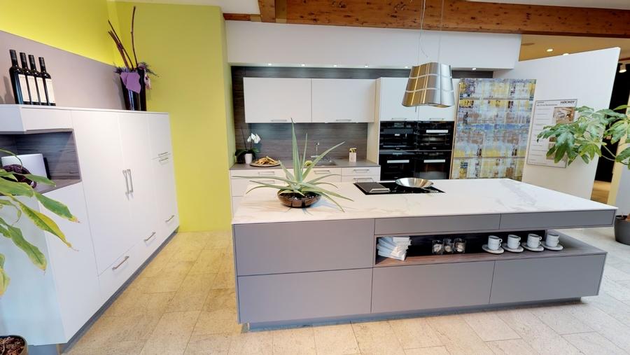 Moderne Küche mit großzügiger Kochinsel