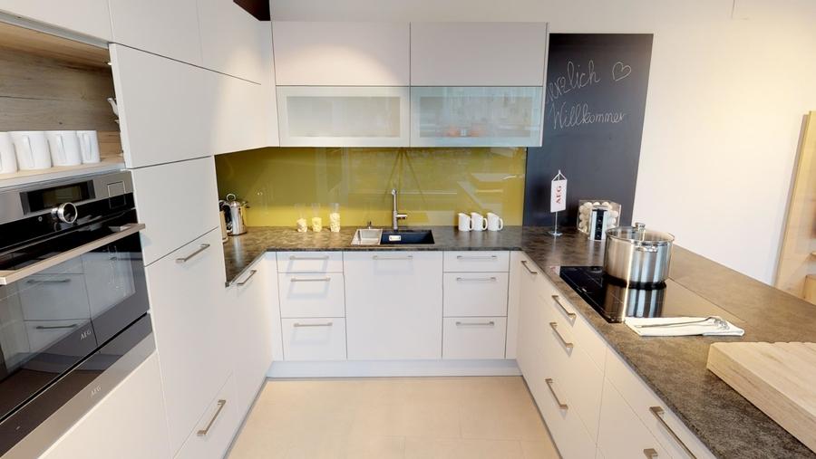 Wohnliche Küche mit verschiebbarer Barplatte