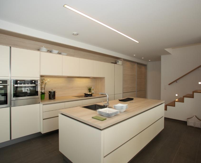 Grifflose Küche in Magnolie Mattlack mit hellem Holzdekor