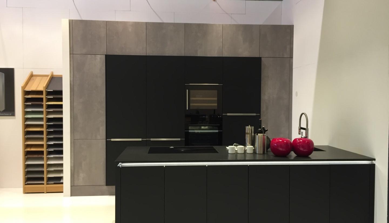 Küche in schwarz mit Beton