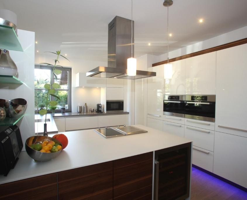 Küche in Lack Hochglanz weiß mit Nussbaum